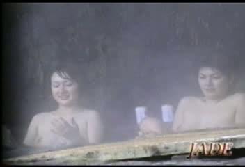 貸切露天風呂の中ではHな行動に!06