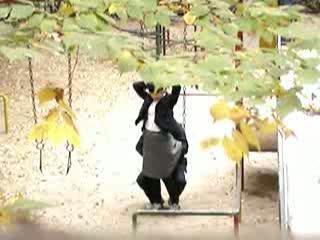 人気のない公園でイチャつくセイフク姿の高校生カップルを秘密撮影w